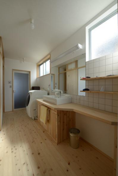 『B/storage』本がたくさんあるシンプルな木の家 (明るい開放的な洗面所)