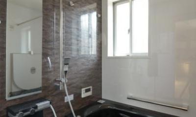 シックな浴室|『B/storage』本がたくさんあるシンプルな木の家