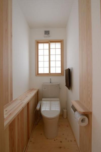 『B/storage』本がたくさんあるシンプルな木の家 (和風トイレ空間)