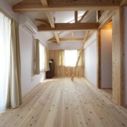 優しい光の差し込む寝室 (『B/storage』本がたくさんあるシンプルな木の家)