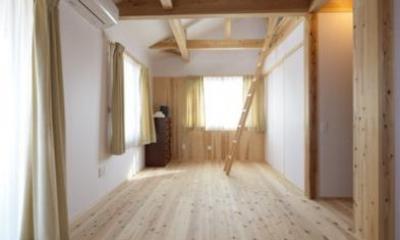 優しい光の差し込む寝室|『B/storage』本がたくさんあるシンプルな木の家
