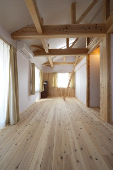 『B/storage』本がたくさんあるシンプルな木の家の写真 優しい光の差し込む寝室