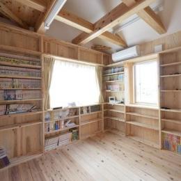本棚に囲まれた書斎 (『B/storage』本がたくさんあるシンプルな木の家)