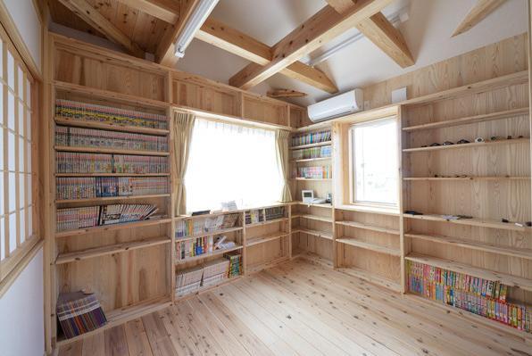 『B/storage』本がたくさんあるシンプルな木の家 (本棚に囲まれた書斎)