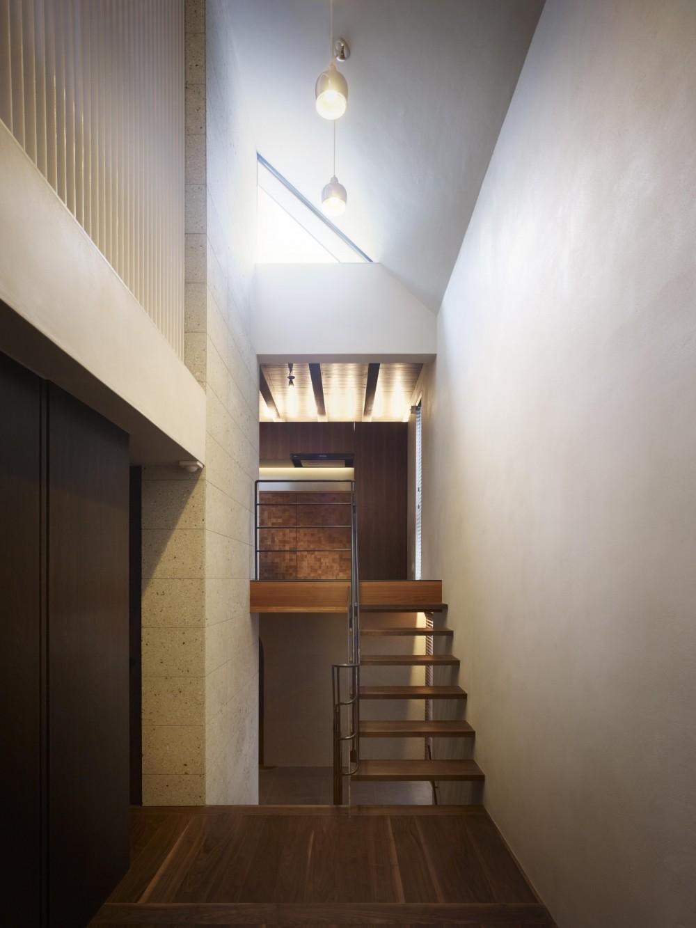 東山の家 (書斎スペースからキッチンを見上げる)