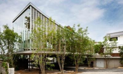ガラス張りの外観|『ARWP』メインダイニングとホワイエを配した飲食施設
