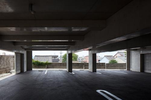 『ARWP』メインダイニングとホワイエを配した飲食施設の部屋 駐車場