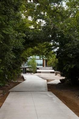 『ARWP』メインダイニングとホワイエを配した飲食施設 (緑に囲まれたアプローチ)