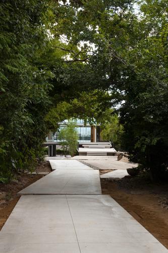 『ARWP』メインダイニングとホワイエを配した飲食施設の部屋 緑に囲まれたアプローチ