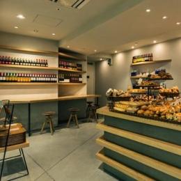 『cookhouse BAKERY BAR』カウンターのデザイン (照明が優しく照らすベーカリー内観)