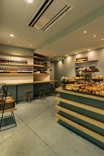 『cookhouse BAKERY BAR』カウンターのデザインの部屋 照明が優しく照らすベーカリー内観