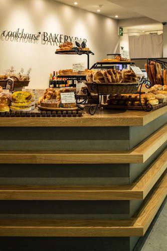 『cookhouse BAKERY BAR』カウンターのデザインの部屋 美味しそうなパンが並ぶカウンター