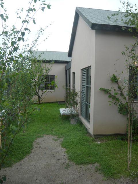 『菖蒲町の家/Country House』プロバンス風の週末住宅の部屋 緑屋根の家外観