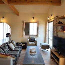 『菖蒲町の家/Country House』プロバンス風の週末住宅 (アンティーク家具が際立つリビング)