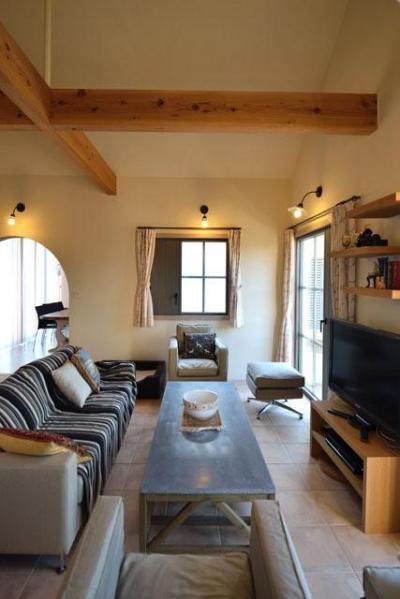 アンティーク家具が際立つリビング (『菖蒲町の家/Country House』プロバンス風の週末住宅)