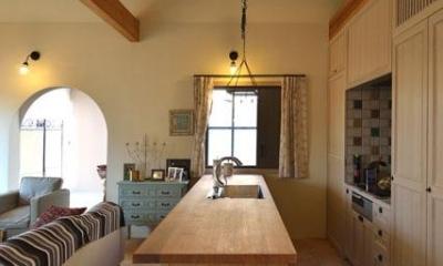 『菖蒲町の家/Country House』プロバンス風の週末住宅 (木の天板のアイランドキッチン)