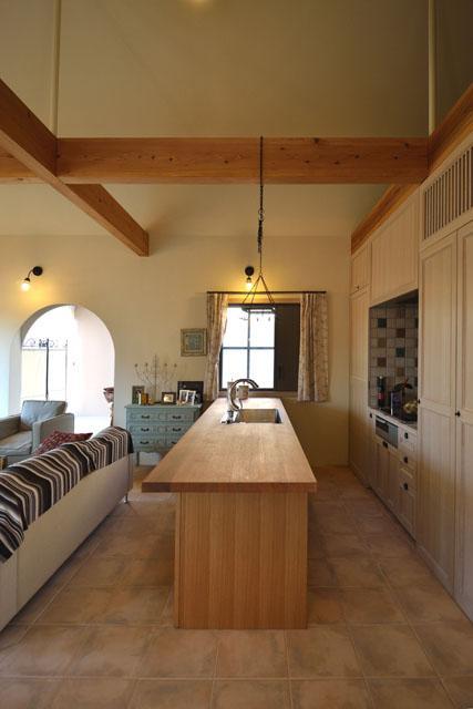 『菖蒲町の家/Country House』プロバンス風の週末住宅の部屋 木の天板のアイランドキッチン