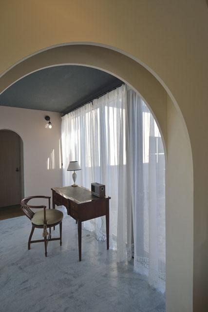 『菖蒲町の家/Country House』プロバンス風の週末住宅の部屋 アンティーク調の書斎