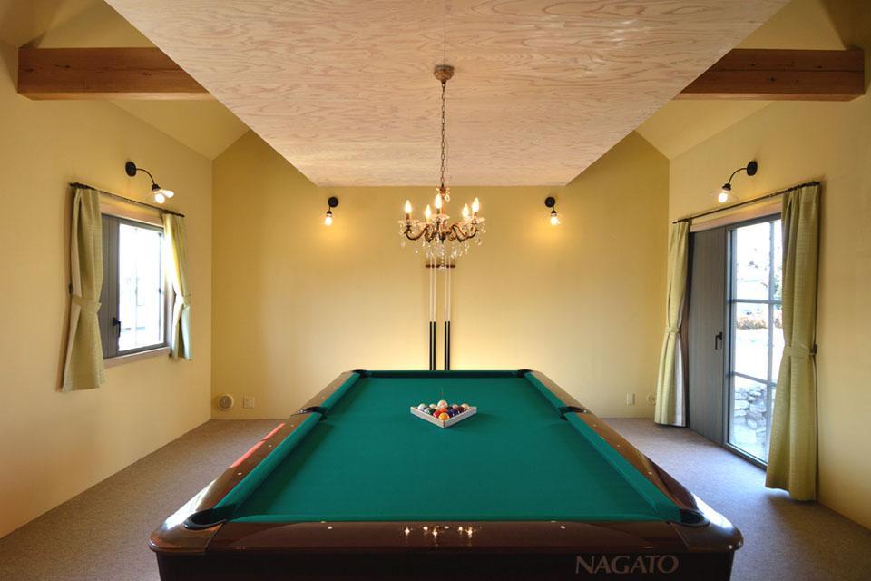 『菖蒲町の家/Country House』プロバンス風の週末住宅 (シャンデリアのあるビリヤード室)