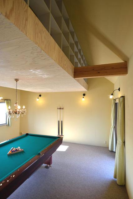 『菖蒲町の家/Country House』プロバンス風の週末住宅の部屋 ビリヤード室-屋根裏収納