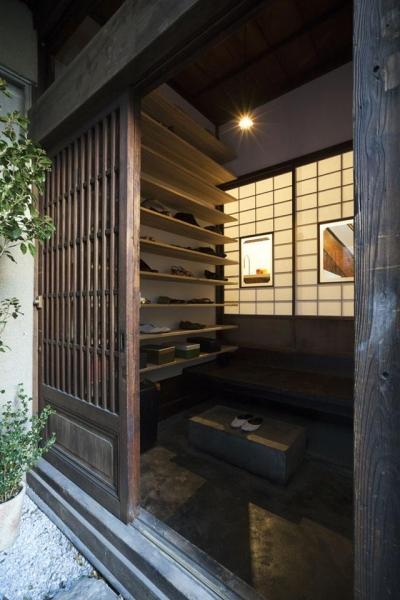 靴収納たっぷりの和風玄関 (古民家の家/Traditional Japanese House with Modern Interior)