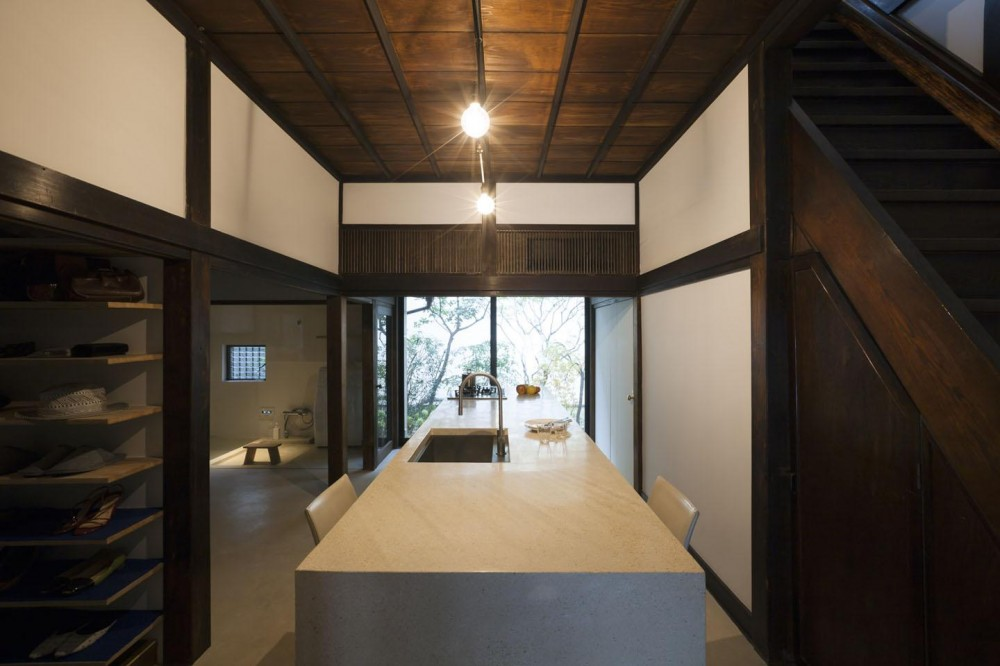 古民家の家/Traditional Japanese House with Modern Interior (開放的なキッチン)