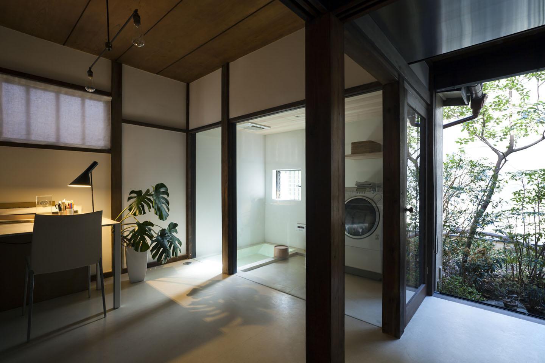 古民家の家/Traditional Japanese House with Modern Interiorの部屋 書斎・ガラス張りのバスルーム