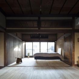 深みのある木目が美しい寝室