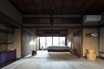 深みのある木目が美しい寝室 (古民家の家/Traditional Japanese House with Modern Interior)
