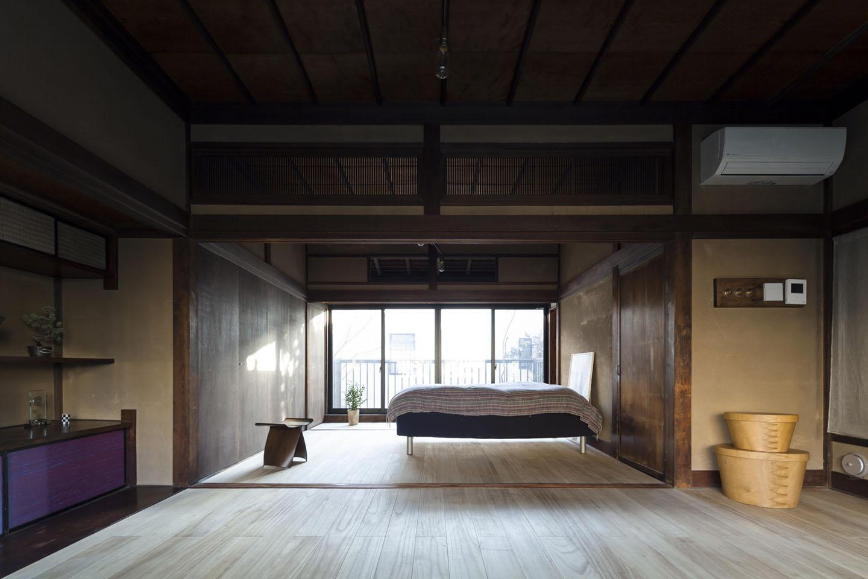 古民家の家/Traditional Japanese House with Modern Interiorの部屋 深みのある木目が美しい寝室