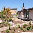 『O-house』L字型の住まいの写真 南側テラスと大きな庭