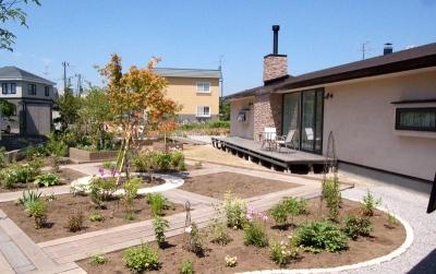 南側テラスと大きな庭 (『O-house』L字型の住まい)