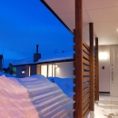 『O-house』L字型の住まいの写真 照明が明るく照らす玄関ポーチ