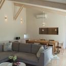 『O-house』L字型の住まいの写真 勾配天井の開放的なLDK