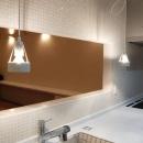 『O-house』L字型の住まいの写真 タイル壁の独立型キッチン