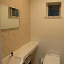 『O-house』L字型の住まいの写真 シンプルなトイレ空間
