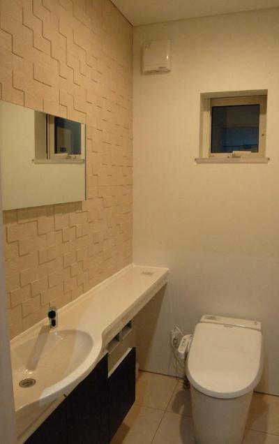 シンプルなトイレ空間 (『O-house』L字型の住まい)