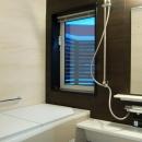 『O-house』L字型の住まいの写真 大きな窓のあるシンプルモダンな浴室
