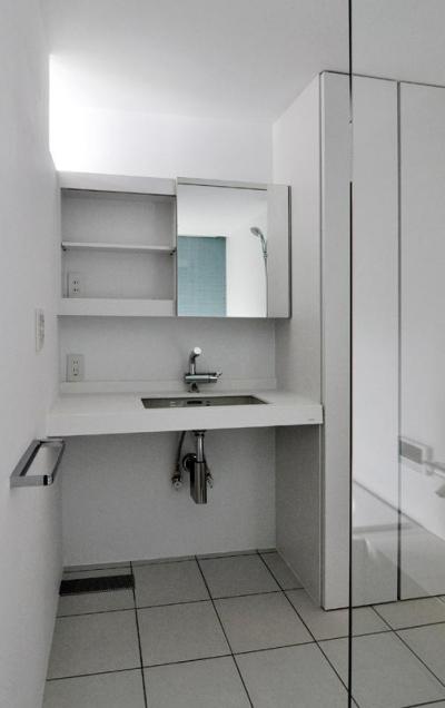 白で統一されたクールな洗面所 (『DOMA』光・風・景色を楽しむ住まい)