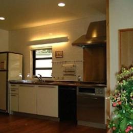 『鳴海町の家』築20年の家の増改築 (正面窓のあるキッチン)