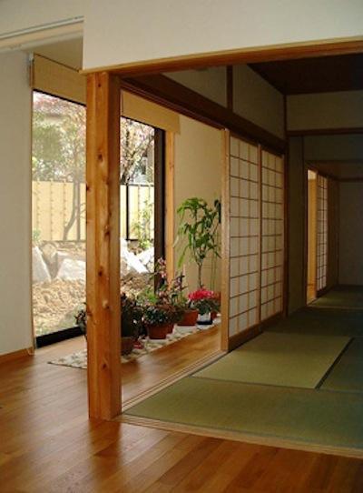 『鳴海町の家』築20年の家の増改築 (リビングと調和する畳室)
