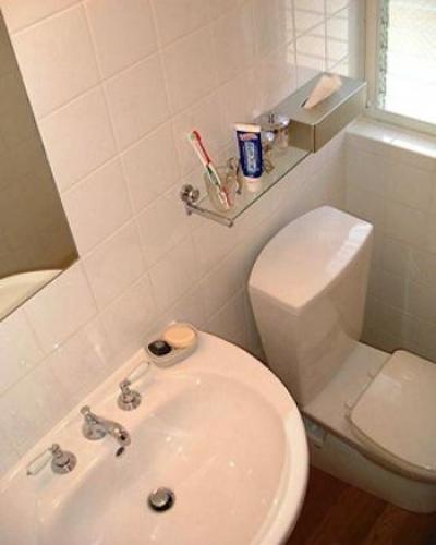 白いタイル壁のトイレ (『鳴海町の家』築20年の家の増改築)