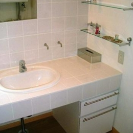 『鳴海町の家』築20年の家の増改築 (白いタイル張りの洗面所)