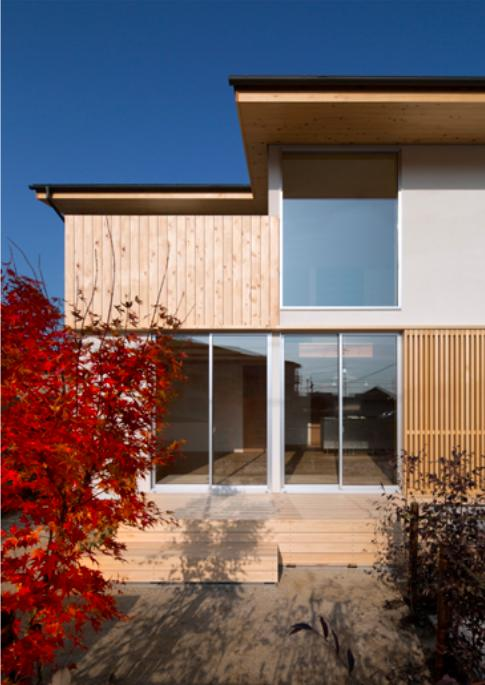 『丹羽の家』ヒノキ造りの柔らかな表情の家 (外観-ヒノキ格子open)