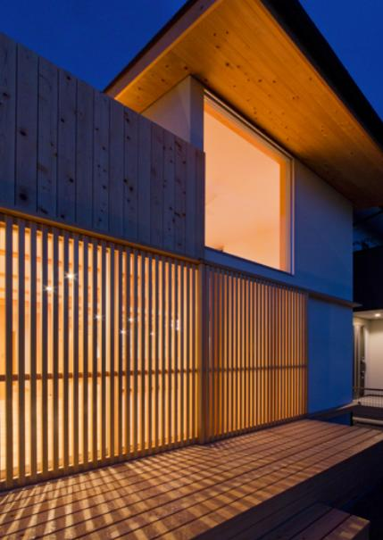 『丹羽の家』ヒノキ造りの柔らかな表情の家 (外観夜景)