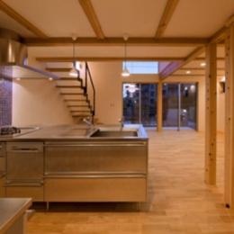 『丹羽の家』ヒノキ造りの柔らかな表情の家 (ブルーのモザイクタイル壁のキッチン)