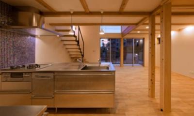 ブルーのモザイクタイル壁のキッチン 『丹羽の家』ヒノキ造りの柔らかな表情の家