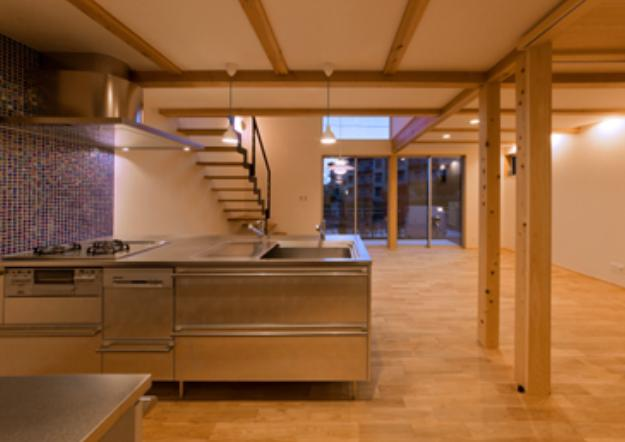 『丹羽の家』ヒノキ造りの柔らかな表情の家の部屋 ブルーのモザイクタイル壁のキッチン