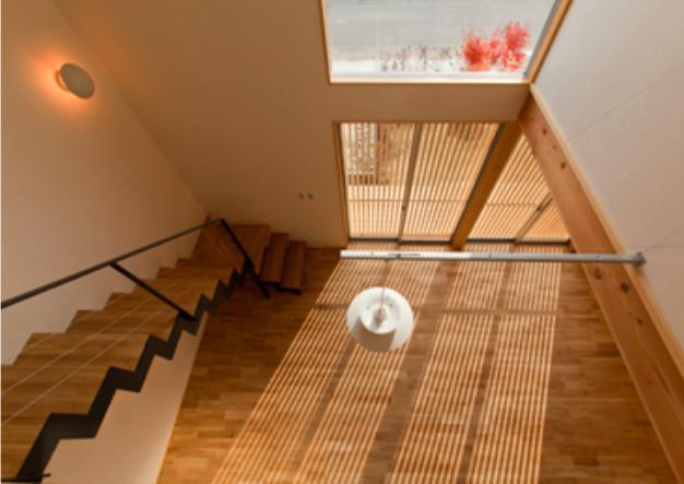 『丹羽の家』ヒノキ造りの柔らかな表情の家の部屋 吹き抜け-上階より見下ろす