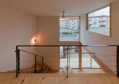 『丹羽の家』ヒノキ造りの柔らかな表情の家 (階段-大きな高窓より光を取り込む)